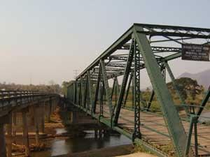 この場所に旧日本軍が鉄橋を渡したといわれています