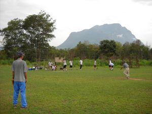 チェンダオ山の雄姿を眺めての親善試合