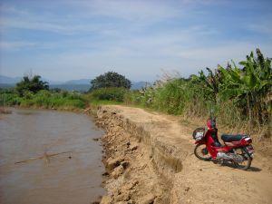 先のメーテン川大洪水で道が浸食された爪痕